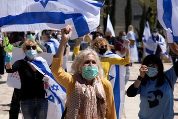 Protesters attend a protest in support of Prime Minister Benjamin Netanyahu in front of Israel's Supreme Court, Jerusalem, April 30, 2020