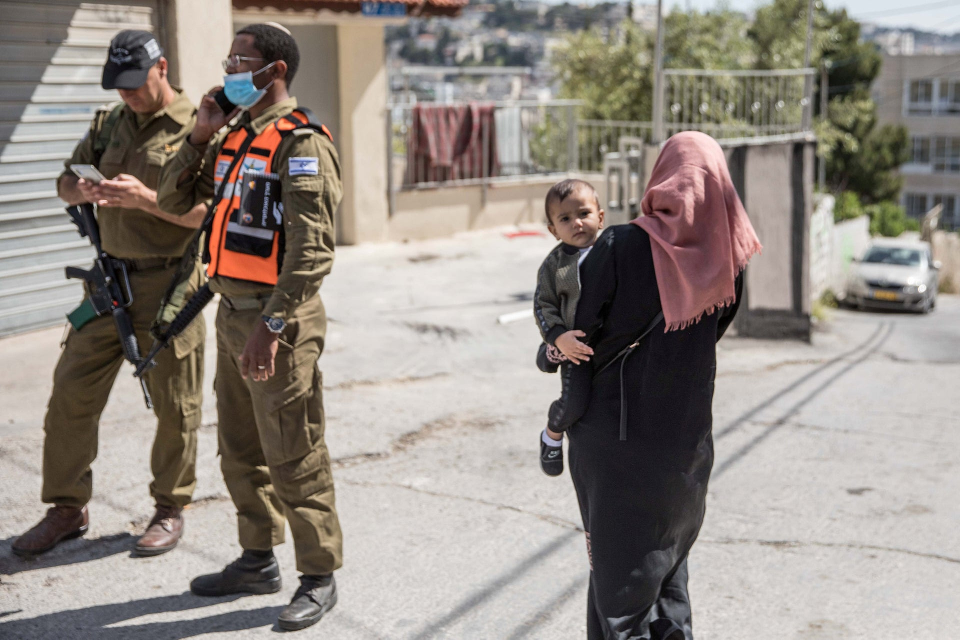 Home Front soldiers and residents of the A-Tur neighborhood in East Jerusalem, April 30, 2020