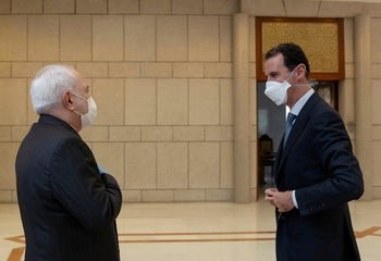 Iran's Foreign Minister Javad Zarif (L) and Syrian President Bashar Assad in Damascus, Syria, April 2020.