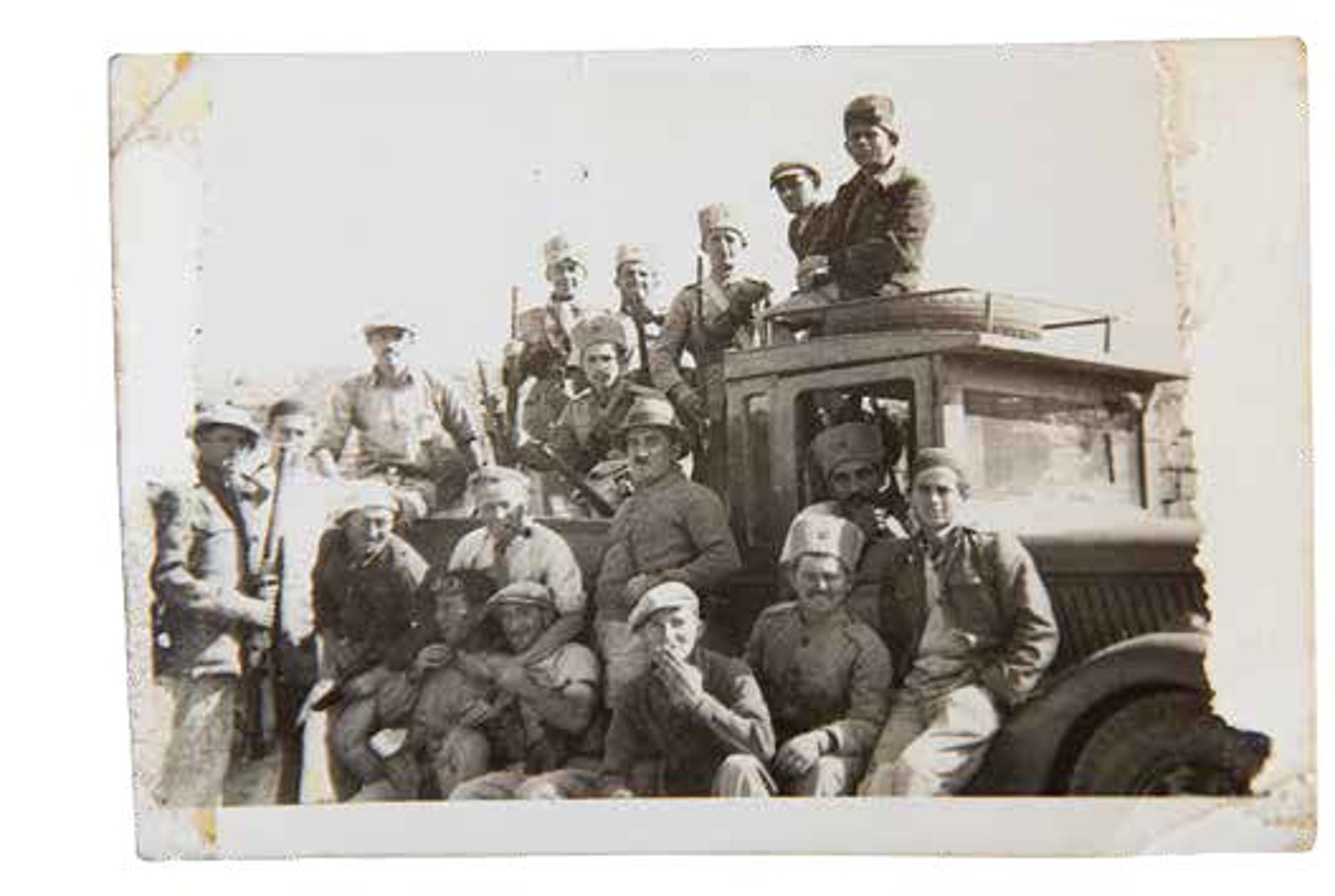 Hecht (at center, with pith helmet), with soldiers near the northern border.
