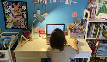 An 8-year-old child on her computer. Precisely in a period of lockdown and alienation, it's better to talk than lecture.