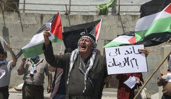"Palestinian man carrying a sign reading ""I am returning to Umm al-Zinat"" (Palestinian village near Haifa depopulated in 1948) in a demonstration near Tulkarem, West Bank, May 16, 2020."