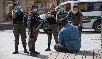 Police issue a ticket for not wearing a mask, Jerusalem, April 27, 2020