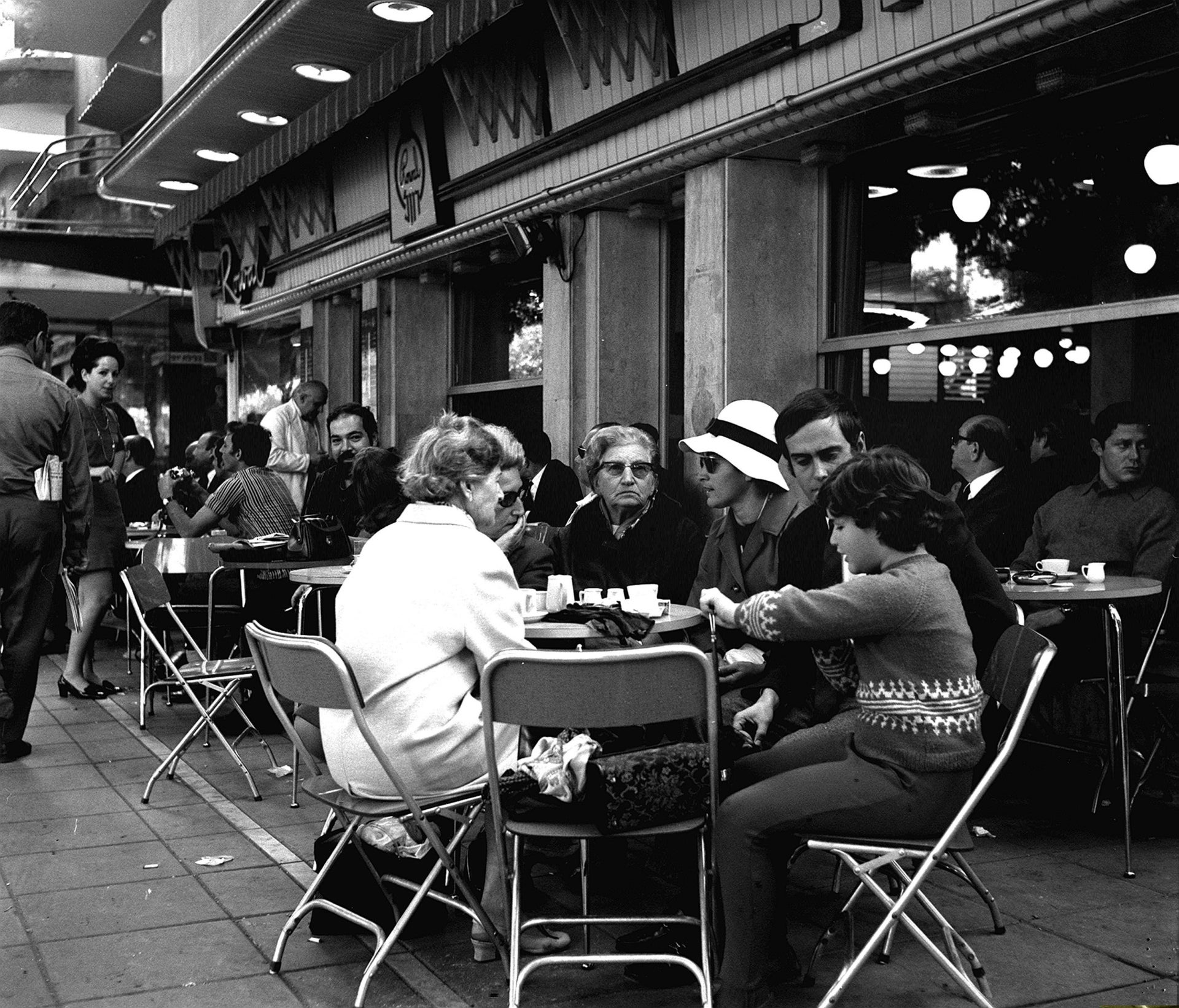 A Tel Aviv outdoor cafe in the late '60s.