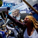 People demonstrate in support of Netanyahu, late May, 2020.
