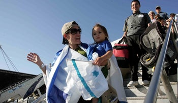 New immigrants from North America arrive in Israel, Oct. 7, 2008