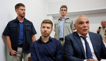 Yair Netanyahu, left, and Attorney Yossi Cohen in the Tel Aviv Magistrate's Court, 2018.