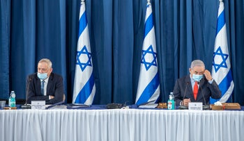 Defense Minister Benny Gantz (L) and Prime minister Benjamin Netanyahu at a cabinet meeting in Jerusalem, May 31, 2020.