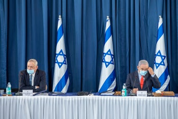 Gantz and Netanyahu at the a government meeting in Jerusalem, May 31, 2020