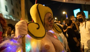Israeli artist Engelmayer dressed as Shoshke at an anti-Netanyahu protest