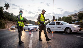 Police officers at a checkpoint during a lockdown in a Jerusalem neighborhood, September 9, 2020.