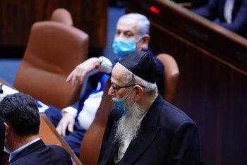 Netanyahu watches Litzman in the Knesset, August 17, 2920.