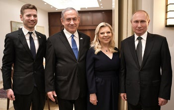 Netanyahu, with wife Sara and son Yair, meet Putin