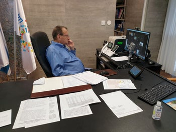 Ron Huldai during a Tel Aviv council meeting on video-link, April 2020.