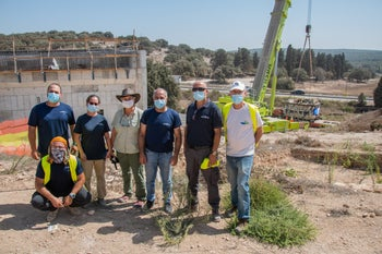 Team of IAA and Kibbutz Hannaton mikveh rescuers, in front of the crane