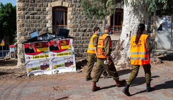 Home Front Command soldiers providing coronavirus information in Tiberias, September 29, 2020.