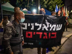 Pro-Netanyahu demonstrators outside the prime minister's residence, October 2020. The sign says 'Leftists – traitors.'