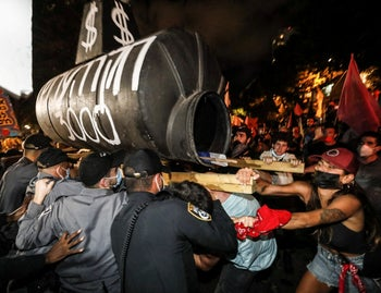 Police clashing with anti-Netanyahu protesters in Tel Aviv, October 10, 2020.