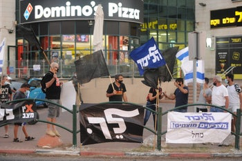Anti-Netanyahu protesters face off with pro-Netanyahu counter protesters in Hadera, October 17, 2020.