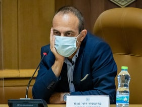 Israel's outgoing coronavirus czar, Prof. Ronni Gamzu, during a meeting with Jerusalem Mayor Moshe Leon, October 13, 2020