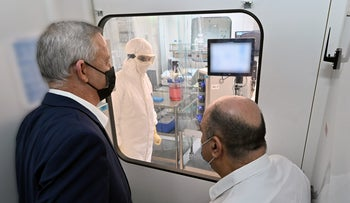 Defense Minister Benny Gantz visits the Institute for Biological Research in Nes Tziona, October 26, 2020.