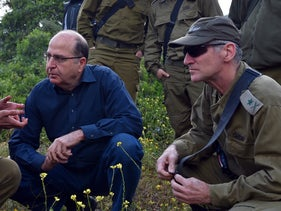 Moshe Ya'alon, center, and Yair Golan, right, at a paratroopers' exercise in 2015.