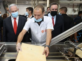 Prime Minister Benjamin Netanyahu and Finance Minister Yisrael Katz tour the Gilro factory in Bet Shemesh, August 12, 2020.