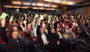 Voting at a Meretz conference, Tel Aviv, January 14, 2020.