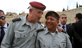 Gadi Eisenkot (R) chats with his predecessor Benny Gantz during a visit to the Western Wall on February 16, 2015.