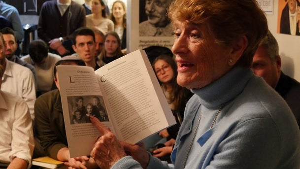 A Holocaust survivor tells her story to a group of young people at a Zikaron BaSalon event
