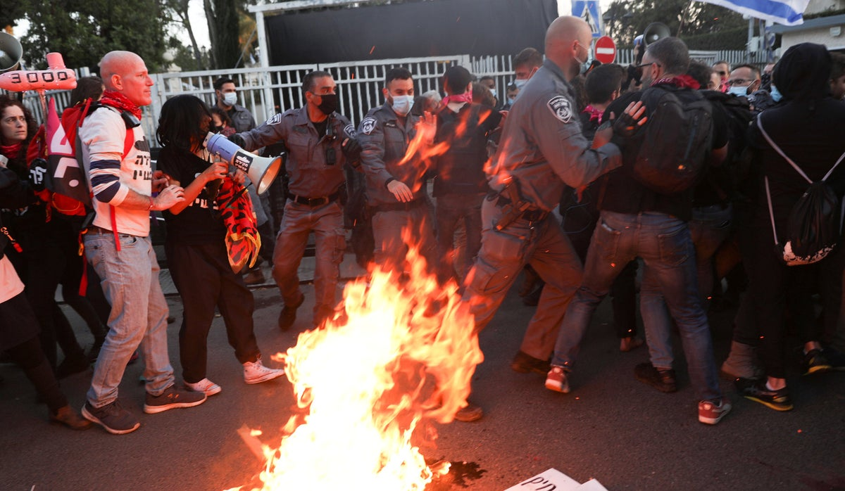 Israel Police arrest three as hundreds protest in front of Netanyahu's residence