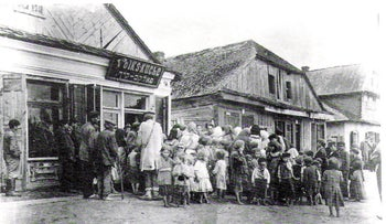 Shtetl folk in Luboml, then part of Poland in the Russian Empire, today Ukraine, 1917.