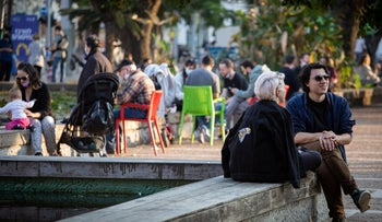 Crowds of people defy lockdown rules in Tel Aviv and enjoy the winter sun, January 2, 2021.
