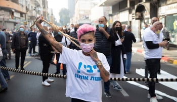 Protesters block traffic along a main street in a demonstration against an impending tightened lockdown, Tel Aviv, January 5, 2020.
