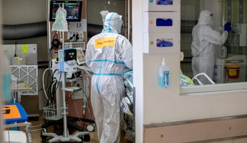Medical workers in a coronavirus ward in an Israeli hospital, September 2020. The subjects have no connection to the content of the article.