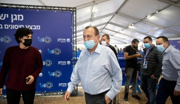 Mayor and Knessetcandidate Huldai visiting a vaccination center in Tel Aviv in December 2020