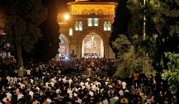 Over 90,000 praying at Temple Mount as Israeli police prepare for renewed clashes, May 2021.
